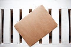 信封和空白的贺卡顶视图  免版税库存图片