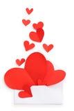 信封和红色纸心脏 免版税库存图片