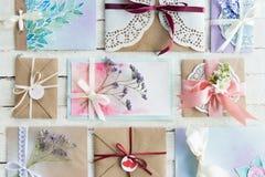 信封或邀请的汇集顶视图在白色木桌面 库存图片