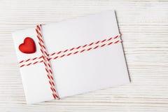 信封邮件红色心脏,丝带 情人节,爱,婚姻的概念 免版税库存图片