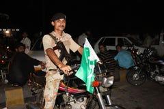信德省别动队员战士坐自行车 免版税库存图片