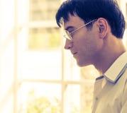 信心戴眼镜的商人 免版税库存图片