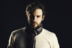 信心的概念 有胡子和殷勤神色的人穿有条纹的围巾 免版税库存照片