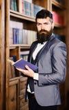 信心,成功,教育,研究,文学概念 教授在葡萄酒图书馆里拿着书 有胡子的人 库存图片