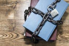 信息保障概念、书与链子和挂锁 图库摄影
