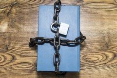 信息保障概念、书与链子和挂锁 库存图片