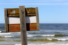 信息在一根木杆的委员会标志 免版税库存图片