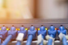 信息技术计算机网络,电信以太网电缆被连接到互联网开关 免版税库存图片
