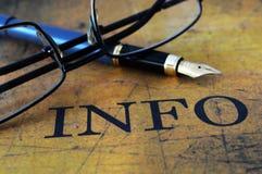信息文本玻璃和笔 免版税库存图片