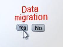 信息概念:在数字计算机屏幕上的数据迁移 免版税库存图片