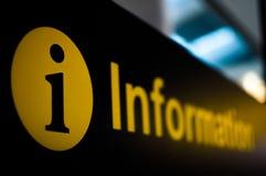 信息符号在机场 免版税库存图片