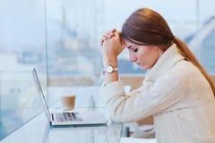 信息超载,重音概念,有计算机的哀伤的绝望妇女 免版税库存照片