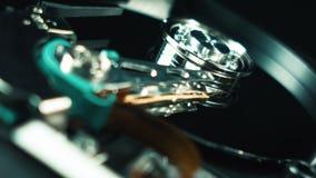 信息,计算机hdd存贮  硬盘、纺锤和头的细节的特写镜头 电子 股票录像