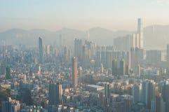 从信标岗看的一种被污染的香港都市风景,九龙的顶端 免版税图库摄影