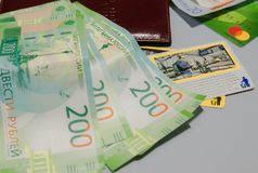 信用卡、护照、硬币和地图,特写镜头视图 汽车城市概念都伯林映射小的旅行 信用卡、护照、硬币和卡片,特写镜头 旅行骗局 免版税库存照片