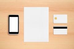 信用卡、纸板料和手机 免版税库存照片