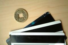 信用卡和古老硬币 库存照片