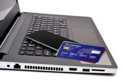 信用卡和智能手机在键盘键 图库摄影