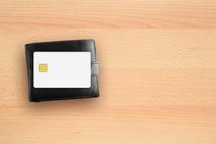 信用卡和钱包在书桌上 免版税库存图片