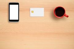 信用卡大模型、智能手机和咖啡杯 图库摄影