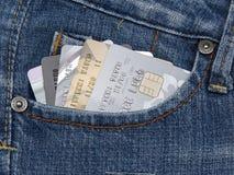 信用卡特写镜头在蓝色牛仔布牛仔裤的装在口袋里 库存照片