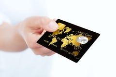 信用卡用手holded在白色 免版税图库摄影