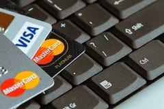 信用卡细节在膝上型计算机键盘宏指令照片顶部的 免版税图库摄影