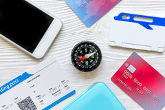 信用卡,在木背景旅行概念的票 免版税图库摄影