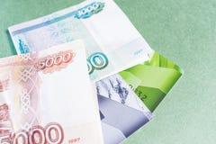 信用卡,在绿色背景的金钱 库存照片