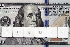 信用概念-在金钱背景的标记上写字 免版税库存图片