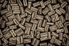 信件和数字在活版木头类型 免版税库存图片