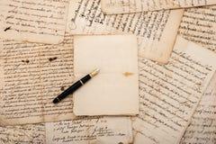 信件和钢笔 免版税库存图片