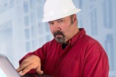 信任地看安全帽的技术员 免版税库存图片