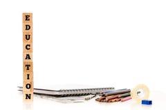 信件块和各种各样的学校用品 免版税库存图片