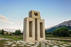 信件L的纪念碑从格拉哥里字母的在巴斯卡,海岛Krk克罗地亚附近的Jurandvor 库存照片