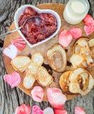以信件XO的形式薄煎饼用草莓酱 库存图片