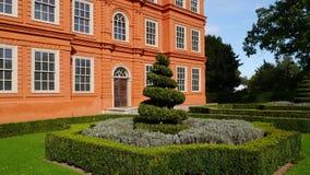 修剪的花园布什Kew宫殿外在Kew庭院伦敦里 图库摄影