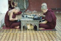 修士吃午餐在Kalaywa Tawya修道院在仰光 库存图片