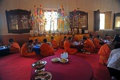 修士吃午餐在Wat Phra辛哈寺庙 图库摄影