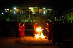 修士和礼仪火Gyuto修道院, Dharamshala,印度 图库摄影