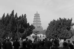 修士和访客在dayanta下耸立,黑白图象 免版税库存照片