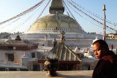 修士和stupa 免版税图库摄影