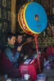 修士在一个尼泊尔的寺庙中祈祷 免版税库存照片