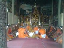 修士在寺庙大厅里 库存图片