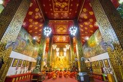 修士在寺庙祈祷 免版税库存照片