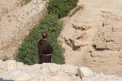修士在犹太沙漠 库存照片