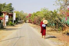 修士在路走在Bagan,缅甸 库存图片