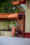 修士打开主闸并且准备山姆Poh中国佛教寺庙金马仑高原马来西亚 库存图片