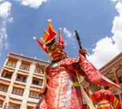 修士执行西藏佛教一个宗教被掩没的和被打扮的奥秘舞蹈在传统可汗舞蹈节日 免版税库存图片