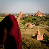 修士指向寺庙 库存图片